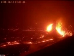 Файл:Kilauea - Pu'u O'o - MLK lava fountain video - 9-10 February 2005.ogv
