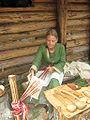 Kobieta podczas tkania.jpg