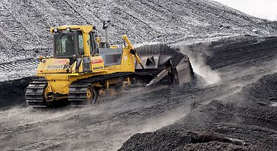 Slika:Komatsu bulldozer pushing coal in Power plant Ljubljana (winter 2017).jpg