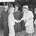 Koningin Juliana bezocht Rekkense Inrichting Hare Majesteit krijgt bloemen van D, Bestanddeelnr 917-8324.jpg