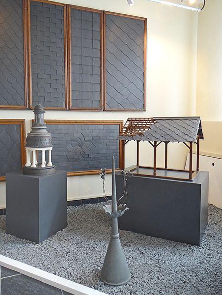Exemples d'utilisation de l'ardoise  Le musée de l'ardoise, qui dispose du label musée de France,  est installé sur un ancien site minier appelé: site de l'Union – Petit Pré  qui s'étend sur 3 hectares.   Il dispose d'une maison datant du XVIè siècle appelée maison de l'Union où se trouvent la billetterie et la boutique, d'une aire de démonstration à proximité d'une ancienne carrière d'ardoise (aujourd'hui remplie d'eau), de sentiers pédestres de découverte des carrières, d'un espace muséographique situé dans le centre culturel voisin, lui-même installé dans une ancienne manufacture d'allumettes.  L'ensemble est géré par l'association des Amis de l'ardoise créée en 1979.   Le musée de l'ardoise (Trélazé) www.lemuseedelardoise.fr/