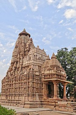 Le temple de Parshvanath (Khajuraho) (8638423582).jpg