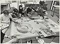 Leerlingen van De Eikenhofmavo maken een schilderij. NL-HlmNHA 54015755.JPG