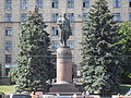 Lenin statue in Dnipropetrovsk, frontal view.JPG