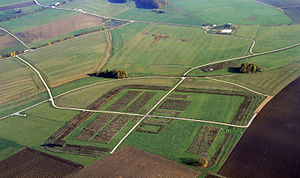 Ruffenhofen Roman Park - Aerial photograph of the planted castellum with an observation mound behind (October 2008)