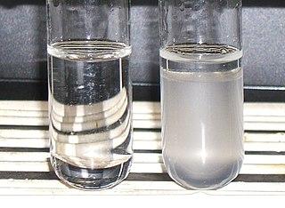 En primär alkohol (etanol, till vänster) och en tertiär (2-metyl-2-propanol, till höger) efter att Lucas reagens tillsatts.