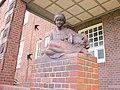 Mädchenfigur an der Schule Genslerstraße in Hamburg-Barmbek-Nord.jpg