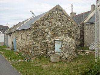 Bangor, Morbihan - Long house with the Well