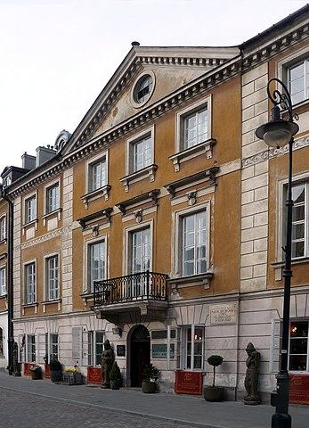 マリの生誕地。ワルシャワの新市街にあり、1967年以降はマリア・スクウォドフスカ=キュリー博物館となっている。Wikipediaより