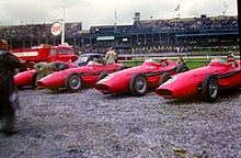 Photo montrant au second plan quatre Maserati 250F rouge