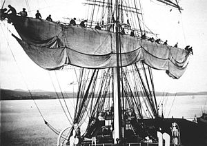 Medway (1902) - Image: Medway (ship, 1902) crew unfurling sails on the barque in 1910