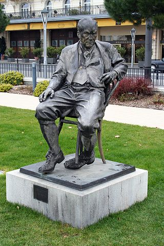 Памятник Владимиру Набокову перед гостиницей «Montreux Palace», где писатель провёл последние годы жизни
