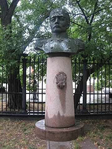Бюст Нахимова установленный возле Музея судостроения и флота в Николаеве.