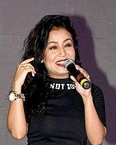 Neha Kakkar smilende iført svart topp