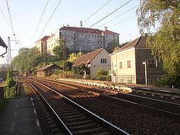 Pohled na nelahozeveský zámek ze železniční zastávky Nelahozeves-zámek