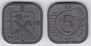 Zwei graue quadratische Münzen nebeneinander, links ist eine Sonne über zwei Steckenpferden abgebildet, darunter steht NEDERLAND. Rechts ist ein Kreis, darin steht 5 c, über dem Kreis 19 und darunter 41