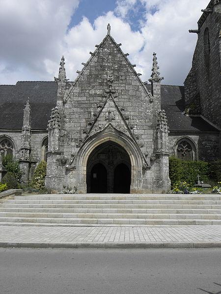 Porche sud de l'église Sainte-Noyale de Noyal-Pontivy (56).