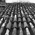 Pannendak, bestaande uit holle en bolle dakpannen, tijdens restauratiewerkzaamheden - Bornwird - 20329545 - RCE.jpg