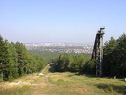 Panorama miasta z Pier�cienicy, na pierwszym planie nieczynna skocznia i wyci�g narciarski