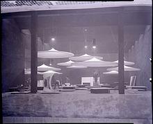 Milano, X Triennale: allestimento del padiglione dell'Industrial Design interno a Palazzo dell'Arte su progetto di Pier Giacomo e Achille Castiglioni. Foto di Paolo Monti, 1954 (Fondo Paolo Monti, Biblioteca europea di informazione e cultura).