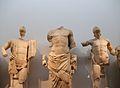 Part central del frontó oriental del temple de Zeus a Olímpia. D'esquerra a dreta, Enomau, Zeus i Pèlops.JPG