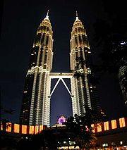 Petronas Towers w nocy.