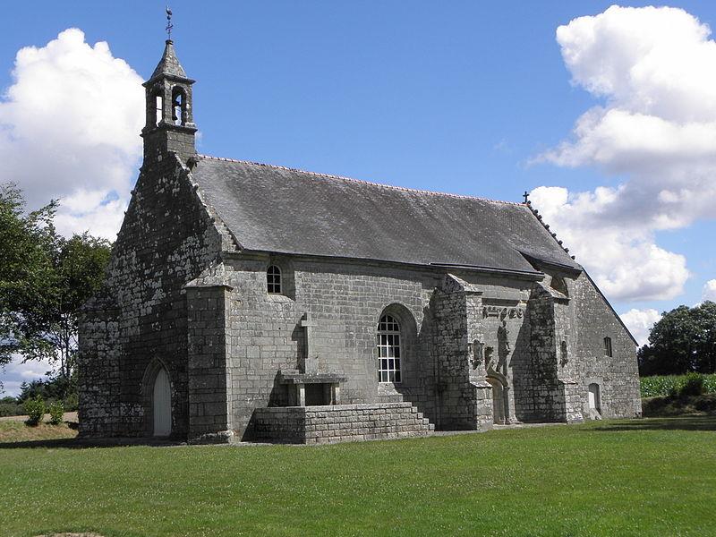 Chapelle Notre-Dame-des-Fleurs en Plouay (56). Façade occidentale et flanc sud.