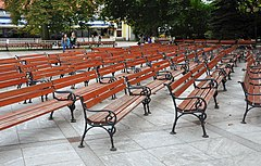 https://upload.wikimedia.org/wikipedia/commons/thumb/9/97/Polanica_Zdr%C3%B3j%2C_park_zdrojowy%2C_23.JPG/240px-Polanica_Zdr%C3%B3j%2C_park_zdrojowy%2C_23.JPG