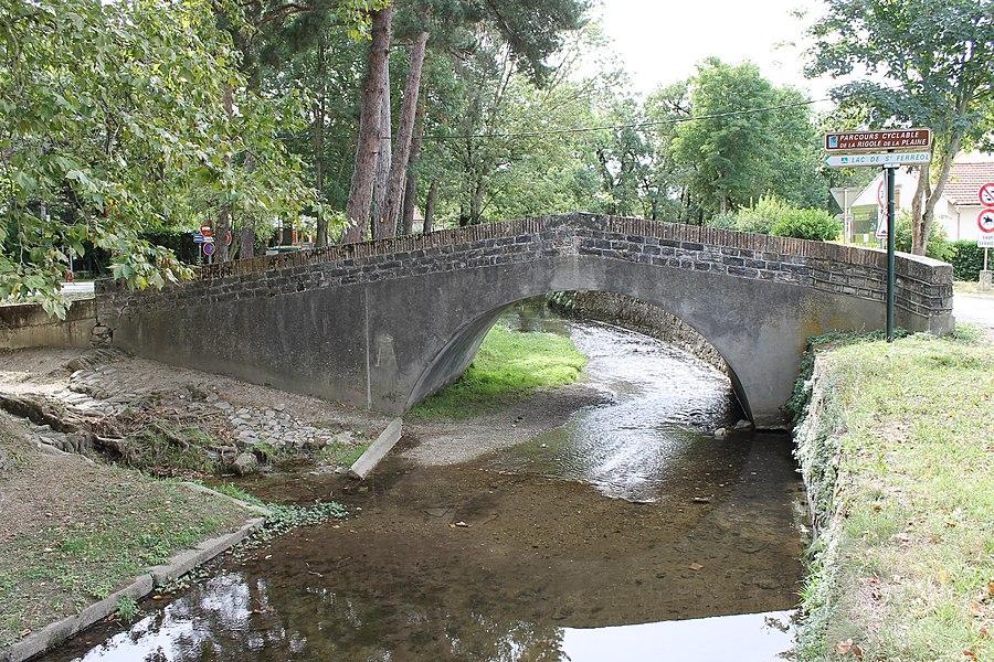 Pont enjambant la Rigole de la Plaine, avec son abreuvoir et son lavoir
