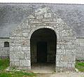 Porche entrée sud chapelle Cadol Melgwen.jpg