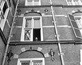 Professor De Quay tijdens een luchtje scheppen uit het raam, Bestanddeelnr 910-3115.jpg