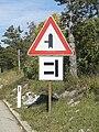 Prometni znak kod mjesta Šmrika, Hrvatska (pažnja, opasna birtija).jpg