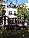 foto van Twee, in de parterre samengetrokken panden onder schilddaken met dakkapellen. Hoekpand Kloksteeg. Eenvoudige lijstgevels. Nr. 113 heeft een gepleisterde gevel