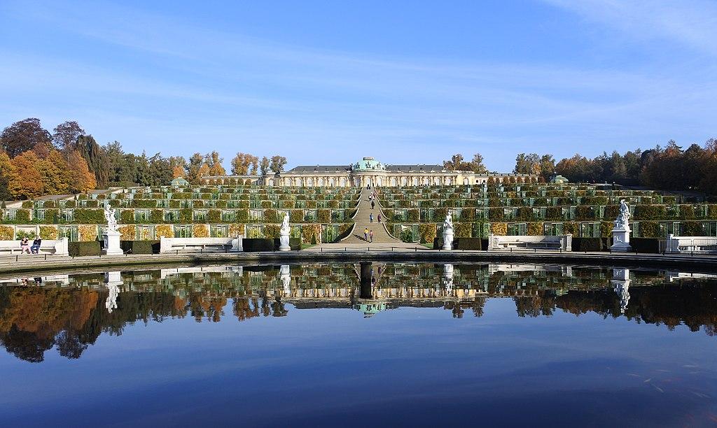 Wasserbecken der Großen Fontäne, Weinberg und Schloss Sanssouci (UNESCO-Welterbe Schlösser und Parks von Potsdam und Berlin), Sanssouci Palace