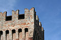 Rocca di Arquta del Tronto - feritoia cruciforme sui merli del mastio.jpg