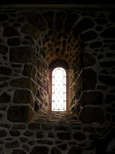 Église de Saint-Cyr-le-Gravelais (53). Fenêtre romane vue de l'intérieur.