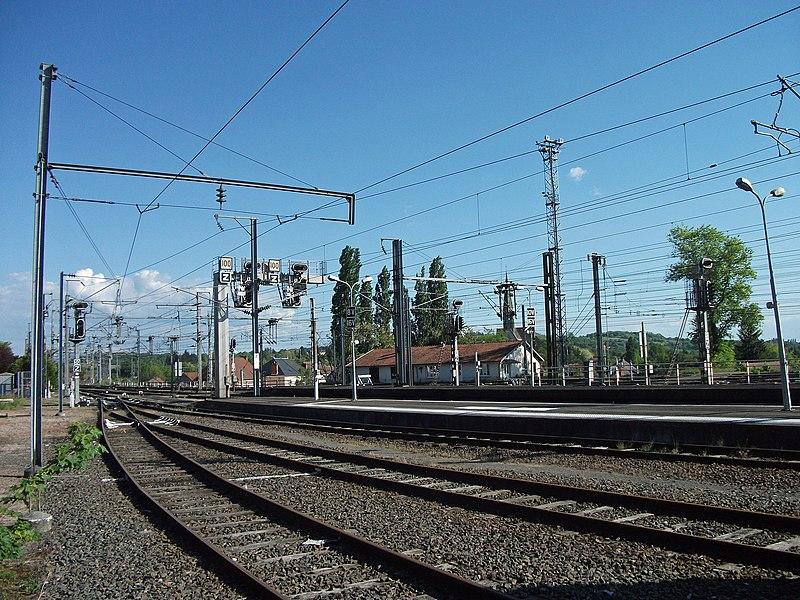 Voies au sud de la gare de Saint-Germain-des-Fossés (Auvergne), sur la ligne de Moret à Lyon-Perrache, cette gare est aussi à l'origine des lignes de Saint-Germain à Darsac (vers Vichy) et de Saint-Germain à Nîmes-Courbessac (vers Gannat).