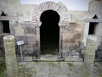 Horseshoe arch - Santa Eulalia de Bóveda, Lugo. - Façade (2nd Century)