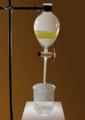 Scheidetrichter zwei Phasen brauner Hintergrund.png