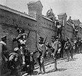 Soldados españoles escalando un muro.jpg