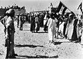 Soldaten houden de wacht bij de demonstranten, Bestanddeelnr 928-1240.jpg