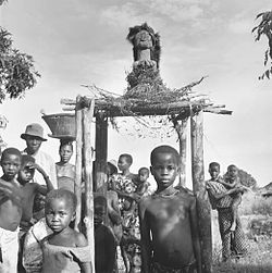 Songye power figure, protector of the village, Nsapo region, Congo (Democratic Republic). Photo by Eliot Elisofon (1947).jpg