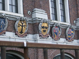 Gemeenlandshuis - Heraldic shields of the Halfweg Water Board members in 1646, the year that the Water Board built this house for board meetings, on the facade of the Gemeenlandshuis Zwanenburg in Halfweg.