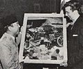 Sukarno giving painting to Frank Holman of National Press Club, Presiden Soekarno di Amerika Serikat, p18.jpg