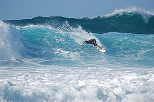 North Shore (Oahu) - A surfer navigating a wave during an amateur competition at the North Shore's Banzai Pipeline.