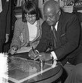 Sydney Bechet tekent grammofoonplaten bij Discotone eigenaar Hank van Leer L. , Bestanddeelnr 908-0488.jpg
