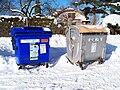 Třebeš, kontejnery na papír a plasty.jpg