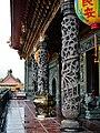 Taipeh Guandu Temple Haupthalle Säulen 1.jpg