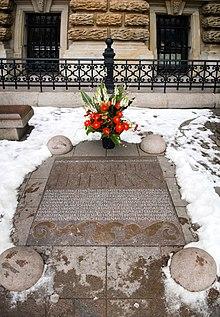 Gedenkplatte vor dem Hamburger Rathaus (Quelle: Wikimedia)