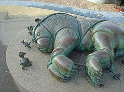 The Lion and the Mouse (bronze statue by Tom Otterness) (Beelden aan Zee museum, Scheveningen).jpg